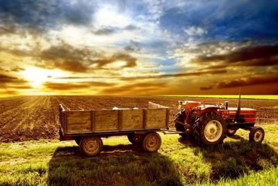 traktor_pole_pashnya_selskoe_hozyaystvo_2560x1600-min